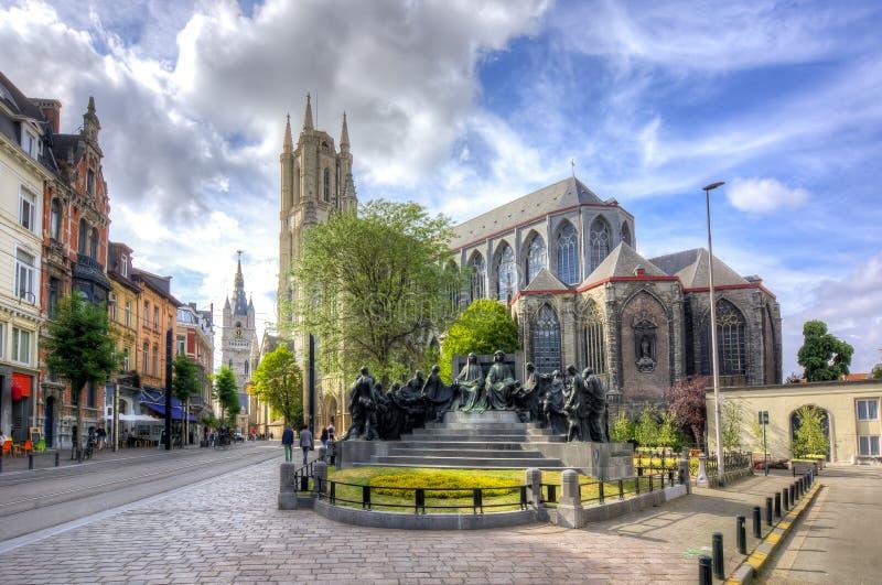 ` S St. Bavo Kathedrale Sint-Baafskathedraal und Belfort ragen, Mitte des Herrn, Belgien hoch lizenzfreie stockfotos
