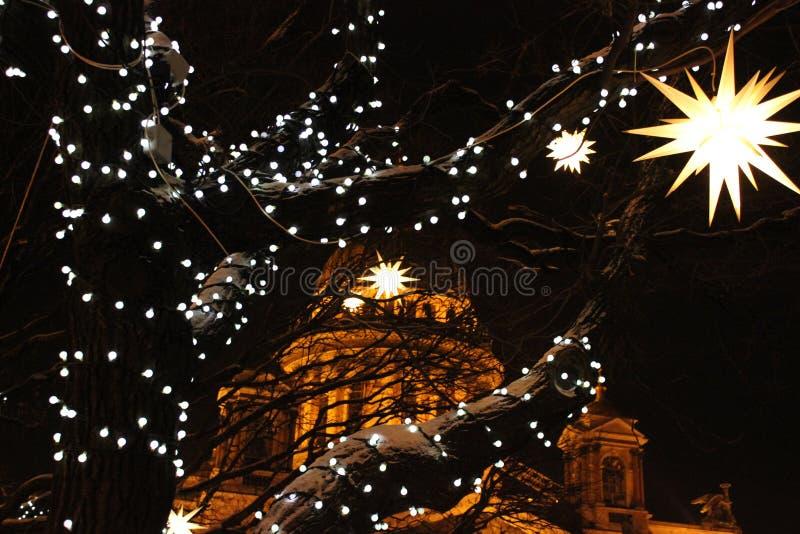 ` S St. Isaac Kathedralen- und Weihnachtslichter stockbild