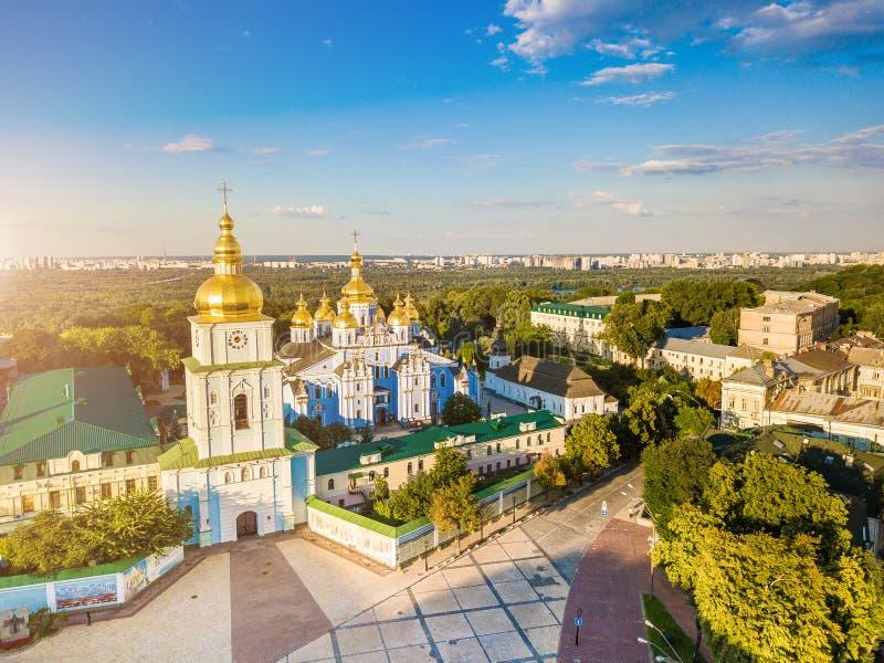 ` S St Michael Золот-придало куполообразную форму монастырь в Киеве Украине над взглядом воздушные alps плавают вдоль побережья ф стоковая фотография