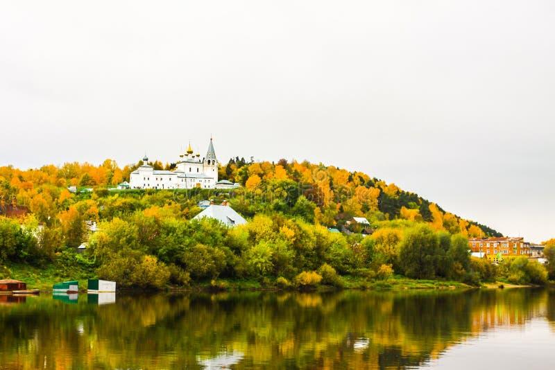 ` S St. Nichola Kloster Svyato Troitse Nikolsky Kloster Heiliger Dreifaltigkeit Ansicht vom Klyazma-Fluss Gorokhovets lizenzfreie stockfotos