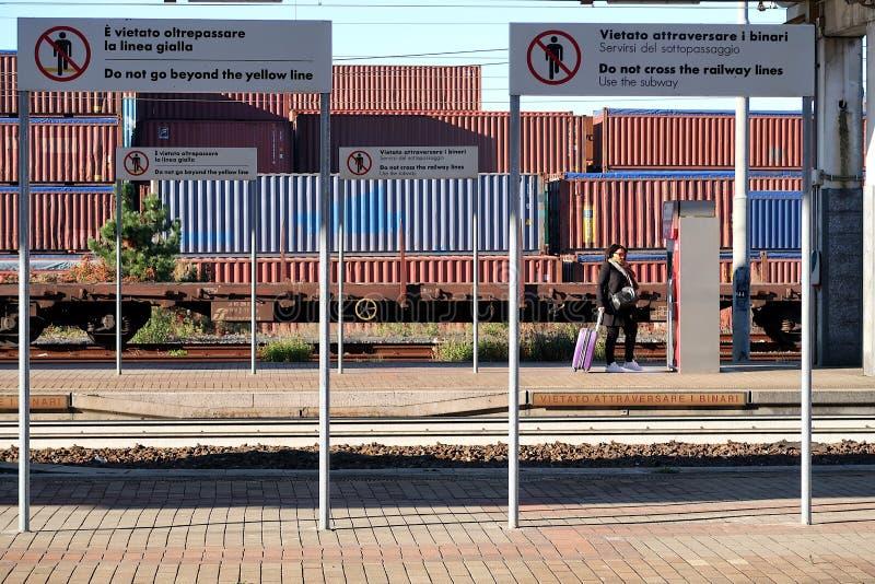 S Stefano Magra, La Spezia, Itália, 12/08/2016 Esta??o de trem e dep?sito do recipiente fotos de stock