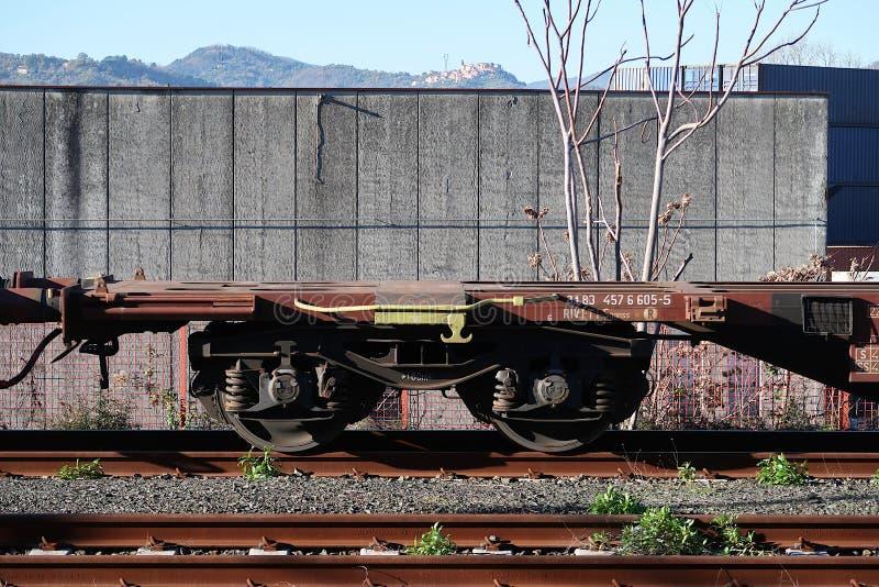 S Stefano Magra, La Spezia, Italia, 12/08/2016 Dep?sito del ferrocarril y del envase foto de archivo libre de regalías