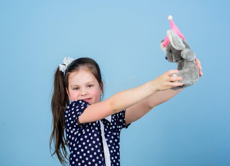 s?t barndom Barndombegrepp ?lskv?rd liten flicka med den favorit- leksaken Dagis och bildande lekar f?rdelning royaltyfri bild