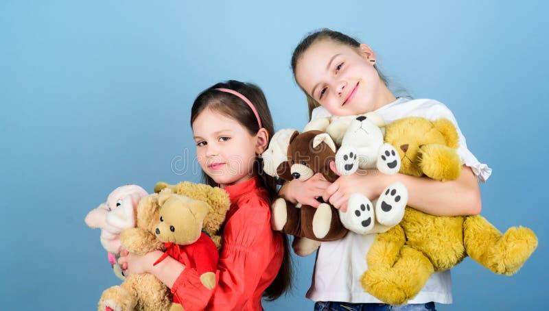 s?t barndom Barndombegrepp Softness och mjukhet Tv?tterisoftener f?r?lskelse f?r hj?rta f?r barnkamratskap lycklig Förtjusande gu fotografering för bildbyråer