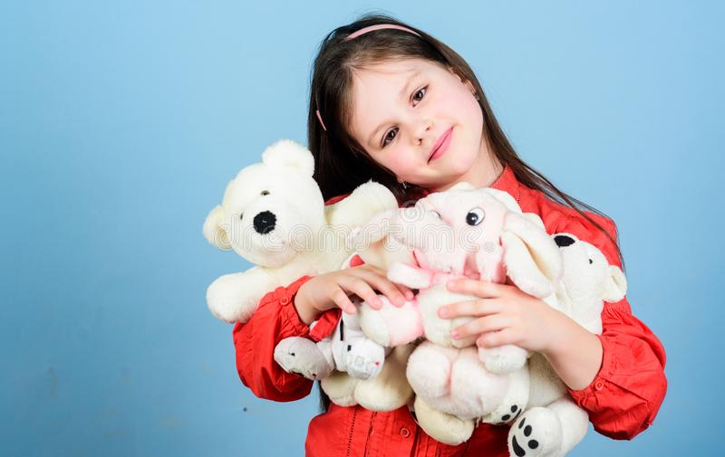 s?t barndom Samla leksakerhobby Hysa minnen av barndom Barndombegrepp Liten flicka som ler framsidan arkivbild