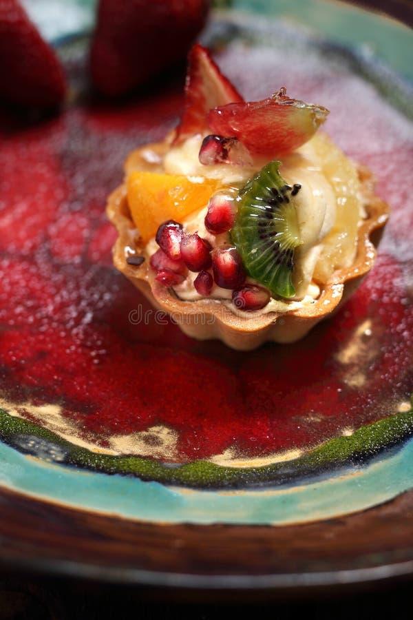 s?t efterr?tt En kaka med kr?m och frukt royaltyfria foton
