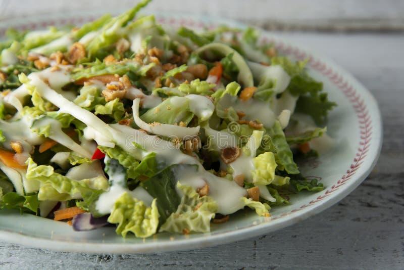 S?t gr?nk?lsallad - sund vegetarisk sallad med k?l, ?gg, gr?splaner, mor?tter och majonn?s arkivbild