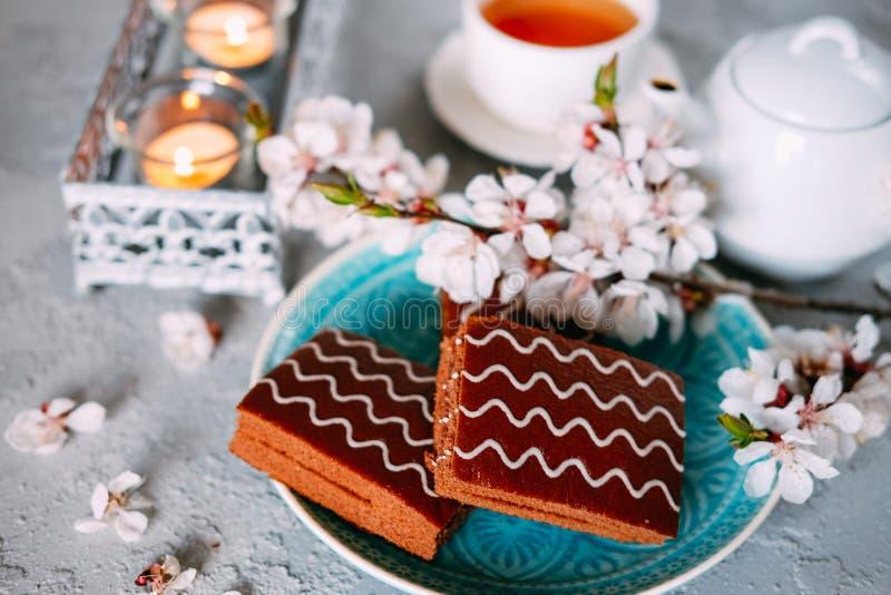 S?t s?ndag efterr?tt Chokladnissen med svart te arkivfoton