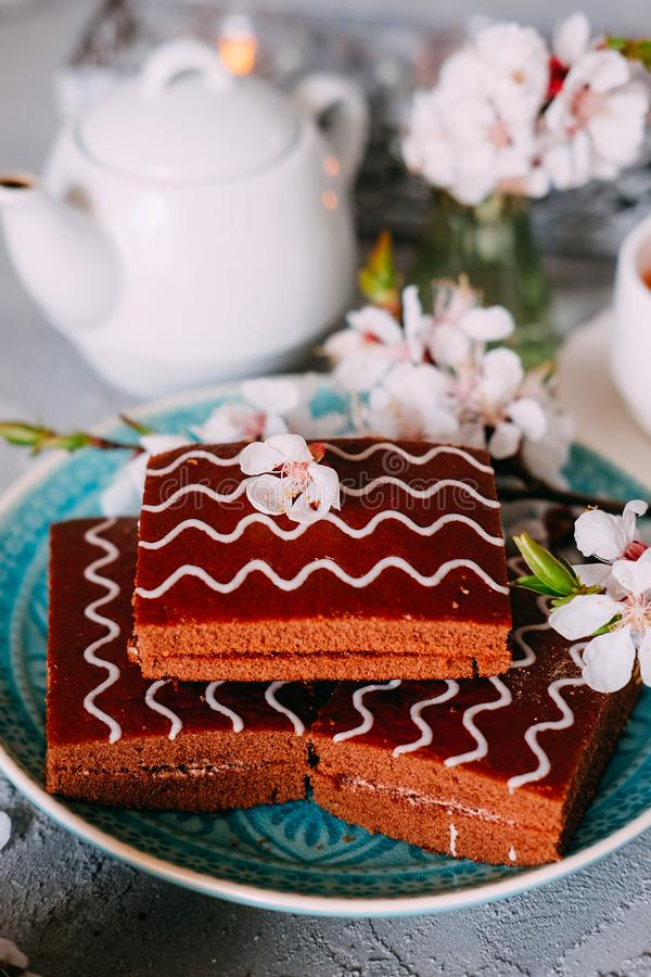 S?t s?ndag efterr?tt Chokladnissen med svart te arkivbilder