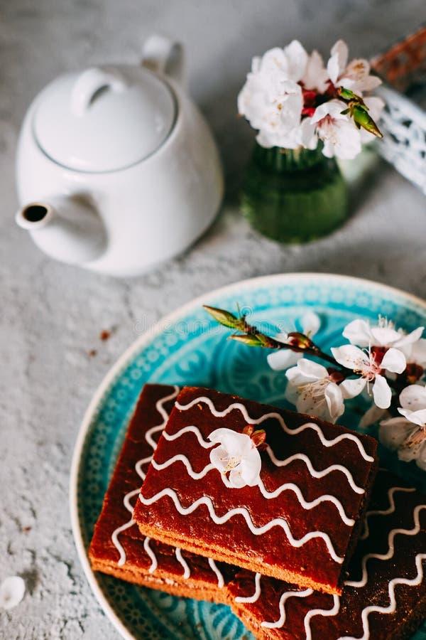 S?t s?ndag efterr?tt Chokladnissen med svart te arkivfoto