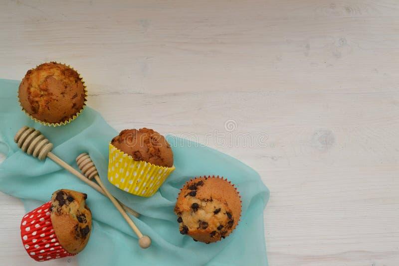 S?ta muffin med den f?rgrika dekoren p? tr?tabellen B?sta sikt med utrymme f?r dina h?lsningar royaltyfri foto