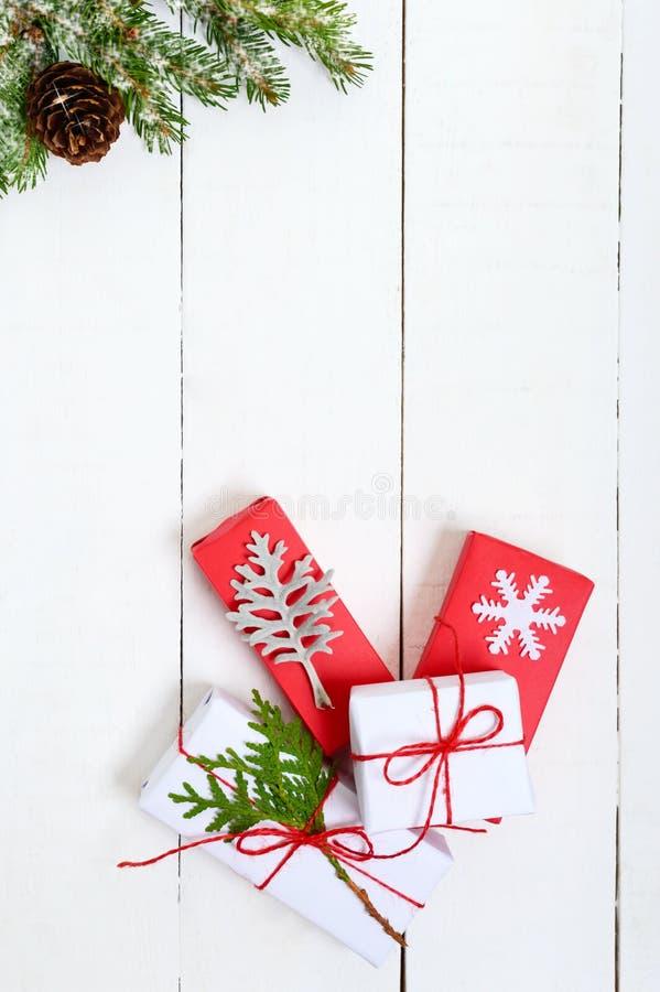 ` S, thème de nouvelle année de Noël Le sapin vert s'embranche, des boîte-cadeau sur le fond en bois blanc image stock