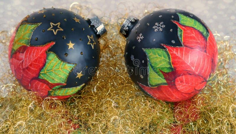 ` S, todavía de la Navidad vida del Año Nuevo Bolas adornadas hechas a mano de la Navidad en la malla del oro Cierre para arriba imagenes de archivo