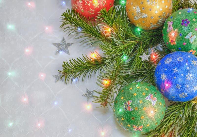 ` S, todavía de la Navidad vida del Año Nuevo Verde adornada hecho a mano, rojo, blau, bolas amarillas en el fondo del árbol de n fotos de archivo libres de regalías