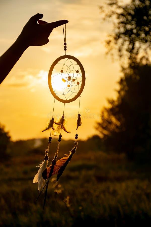 ` s un collettore di sogno di nativo americano e raggi del tramonto Bello paesaggio calmante immagini stock