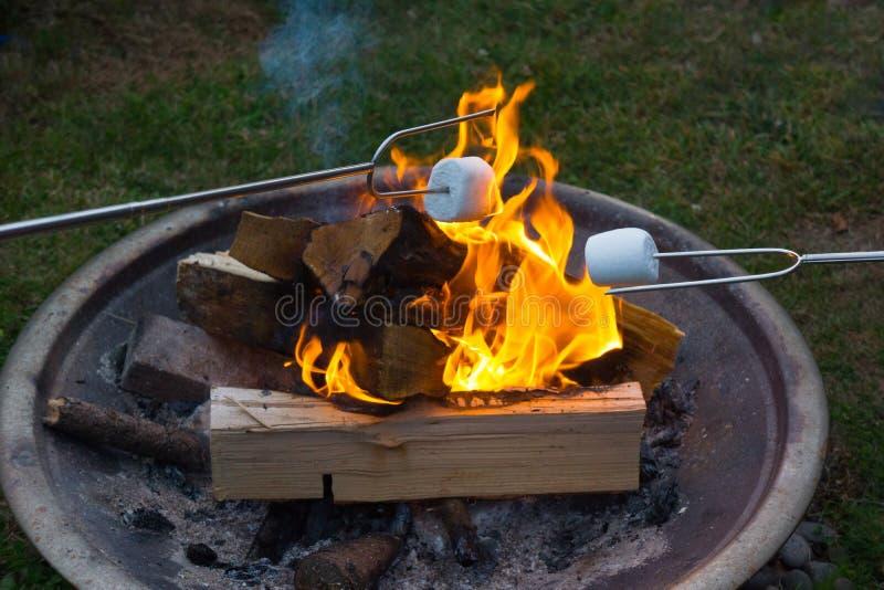S& x27; usanze che arrostiscono sopra il fuoco aperto fotografia stock libera da diritti