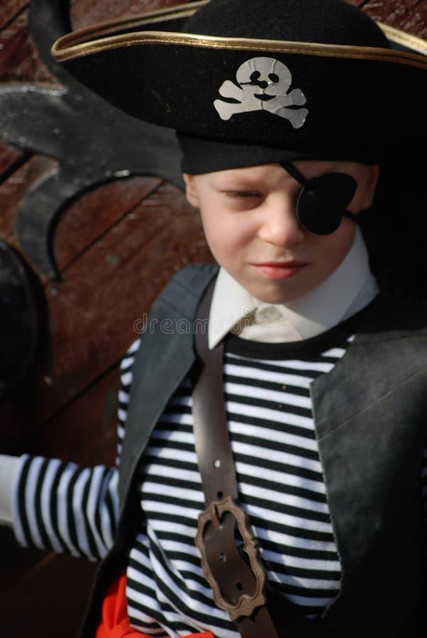 s'user de pirate de costume de garçon photos stock