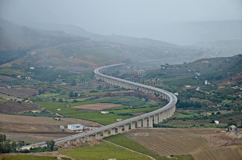 S-vormige weg in Sicilië tussen heuvels royalty-vrije stock afbeelding