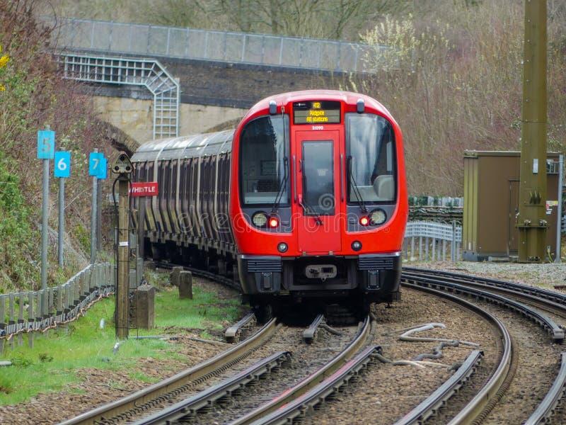 S8 Zaopatrują Londyńskiego metro pociąg odjeżdża od Chorleywood stacji na metropolita linii obrazy stock