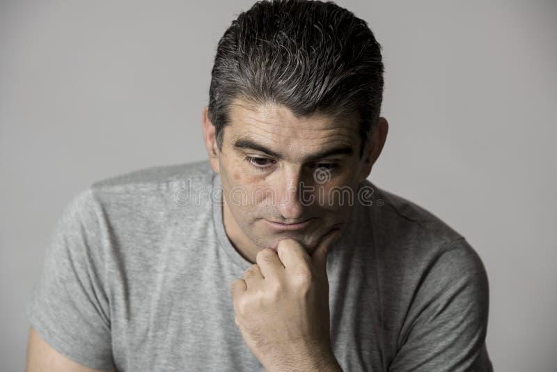 40s zu 50s traurig und zum besorgten Mann, der frustriert und im besorgten und nachdenklichen Gesichtsausdruck lokalisiert auf Gr stockfoto