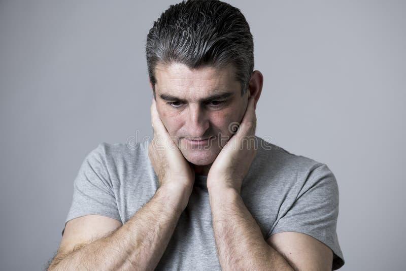 40s zu 50s traurig und zum besorgten Mann, der frustriert und im besorgten und nachdenklichen Gesichtsausdruck lokalisiert auf Gr stockbild