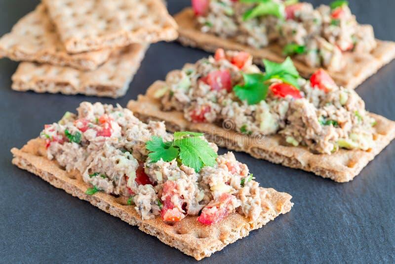Sałatka z tuńczyka, avocado, pomidoru, kolenderów i cytryny sokiem, słuzyć na crispbread, horyzontalnym zdjęcie stock