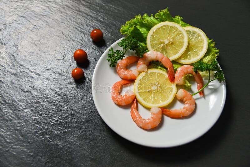 Sałatkowego owoce morza talerza garneli krewetek oceanu wyśmienity świeży warzywo dekoruje obiadowego stół zdjęcia royalty free