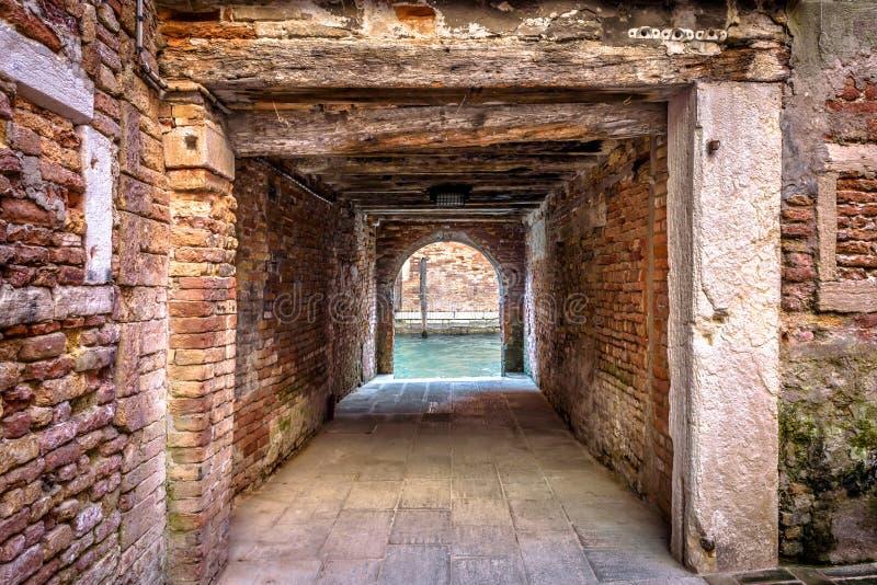 Saída ao canal da água do pátio, Veneza, Itália foto de stock