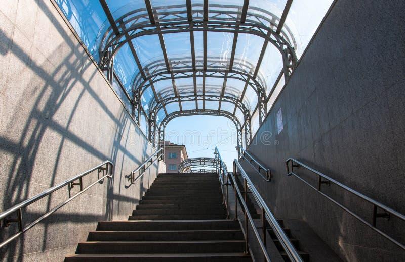 Saída da passagem subterrânea com um telhado transparente imagem de stock