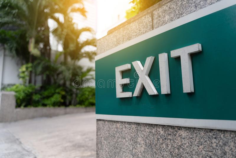 A saída de emergência da emergência da porta de saída do close up assina dentro o condomínio fotografia de stock royalty free