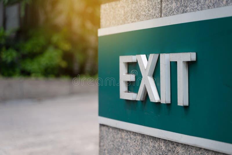 A saída de emergência da emergência da porta de saída do close up assina dentro o condomínio foto de stock royalty free