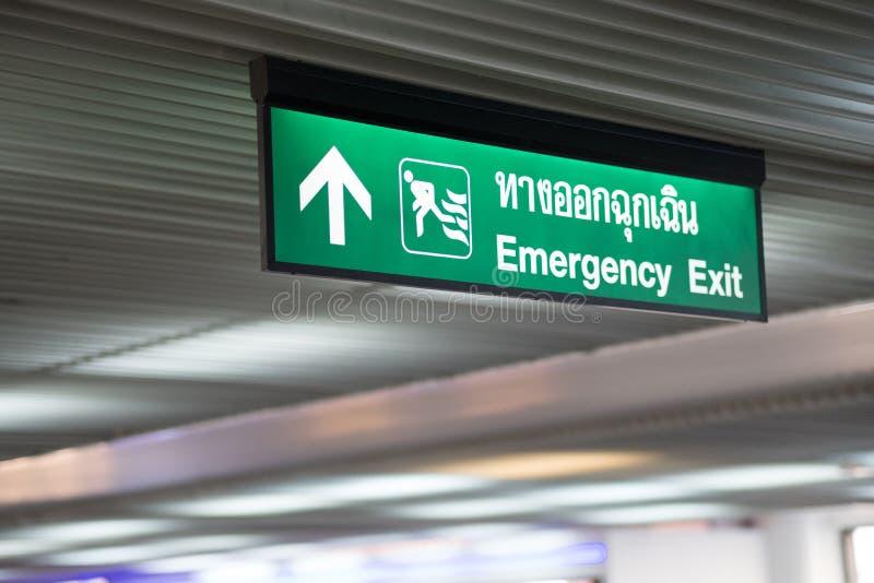 Saída de emergência no sinal verde de construção da saída fotos de stock