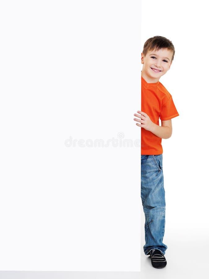 Saídas do olhar do menino da bandeira em branco imagens de stock
