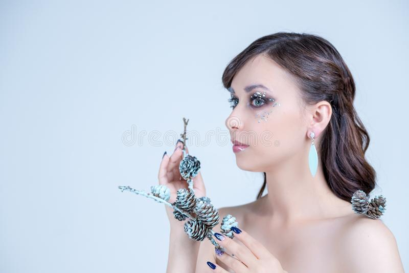 Saúde, beleza, wellness, haircare, cosméticos e composição Mulher do retrato com cabelo longo brilhante Tratamento de mãos da pro imagem de stock