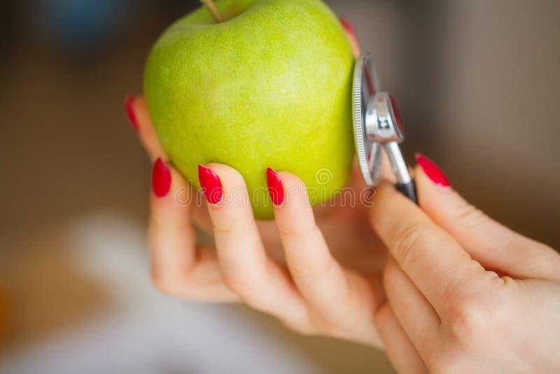 saúde Comer saudável O nutricionista realiza nas mãos de F imagem de stock