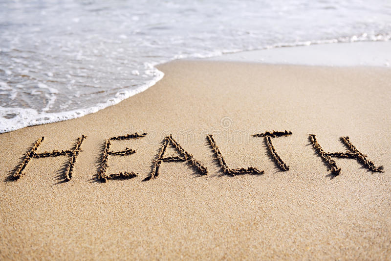 Saúde da palavra escrita na areia da praia fotografia de stock royalty free