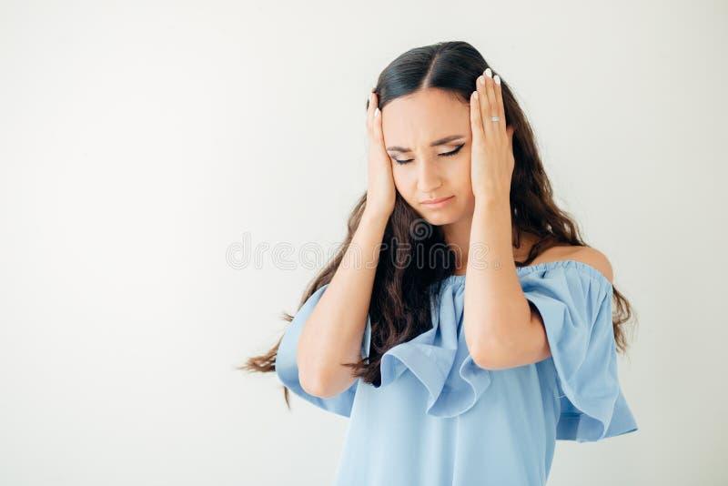 Saúde e dor Jovem mulher esgotada forçada que tem a dor de cabeça de tensão forte fotos de stock royalty free