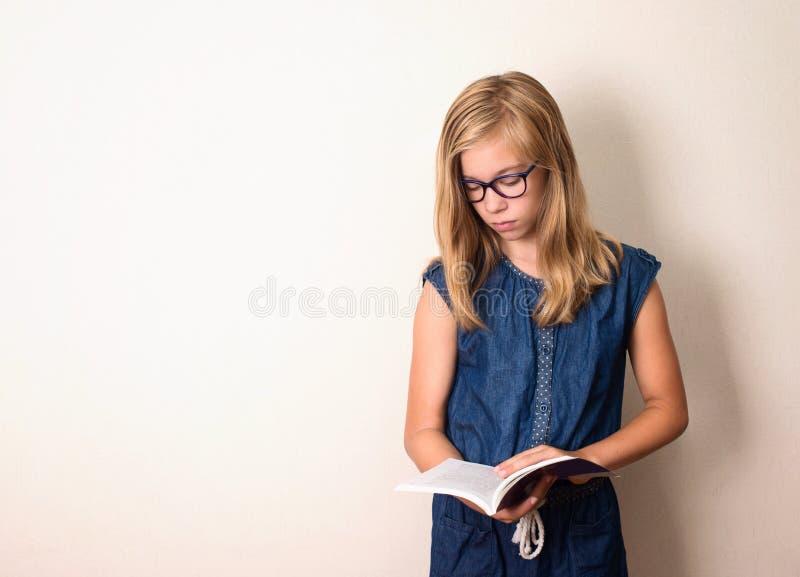 Saúde, educação e conceito dos povos Menina adolescente nos monóculos re fotos de stock royalty free