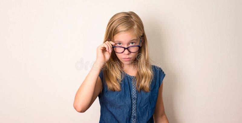 Saúde, educação e conceito dos povos Menina adolescente séria no eyegl fotografia de stock
