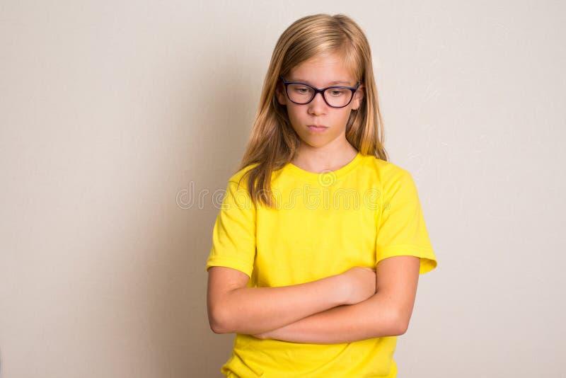 Saúde, educação e conceito dos povos Menina adolescente séria no eyegl fotografia de stock royalty free