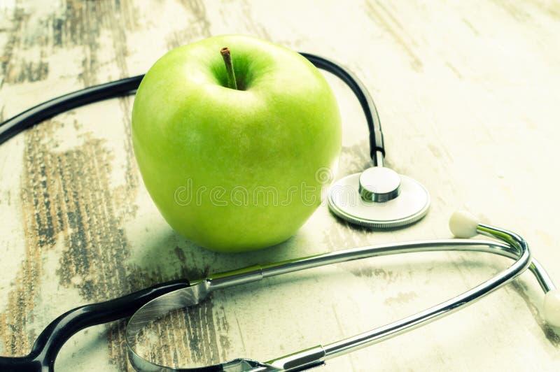 saúde Maçã verde com estetoscópio médico fotografia de stock