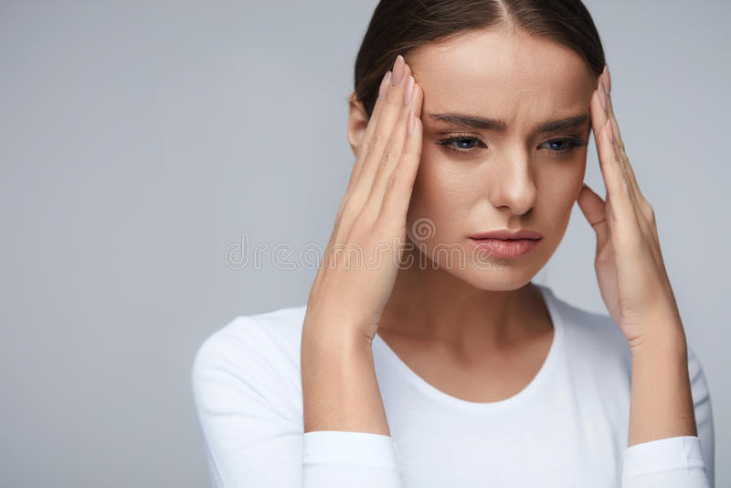 saúde Mulher bonita que tem a dor de cabeça forte, dor de sentimento imagem de stock royalty free