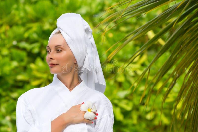 Saúde, termas e conceito da beleza - mulher bonita na toalha imagem de stock royalty free