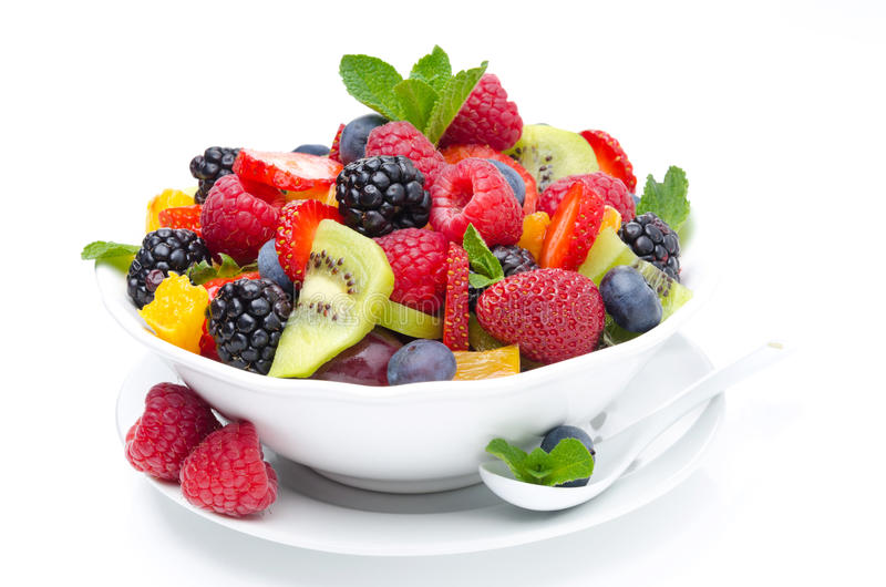 Sałatka świeża owoc i jagody w pucharze odizolowywającym, zakończenie obraz stock