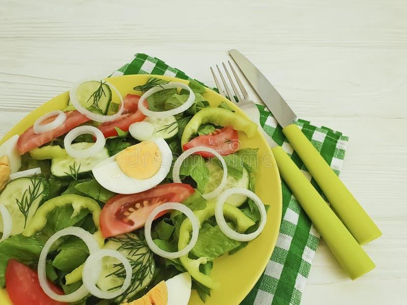 Sałatka, ogórek, jajko, pomidorowy peppe, zdrowy odżywianie przygotowywał domowej roboty zakąski zakąski cebuli na białym drewnia zdjęcie stock