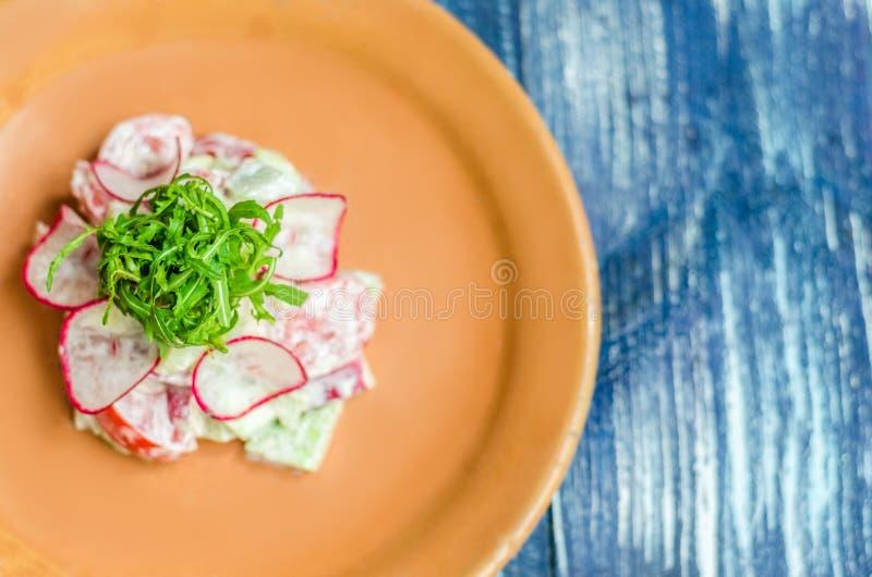 Sałatka pomidory, rzodkwie i ziele, zdjęcie stock