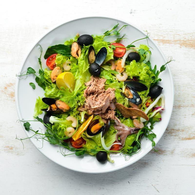 Sałatka warzywna owoce morza Ośmiornice, Ośmiornice, Krewetki, Tuńczyk obraz royalty free