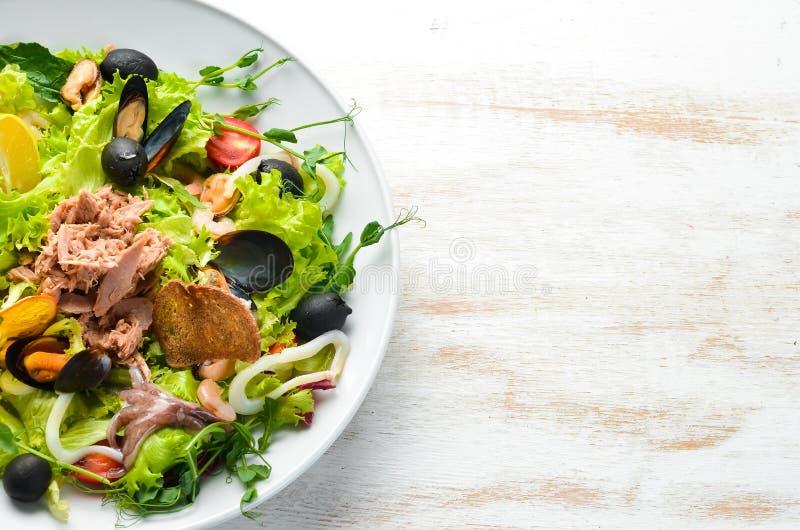 Sałatka warzywna owoce morza Ośmiornice, Ośmiornice, Krewetki, Tuńczyk zdjęcia stock