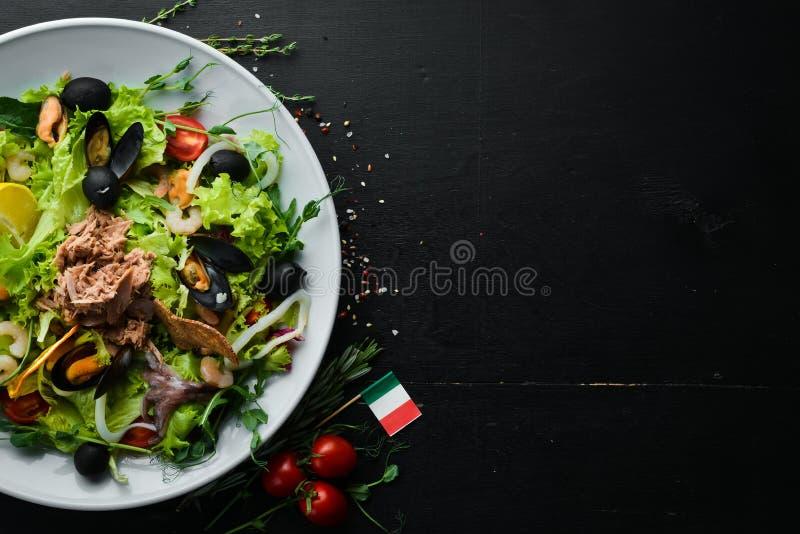 Sałatka warzywna owoce morza Ośmiornice, Ośmiornice, Krewetki, Tuńczyk zdjęcie stock