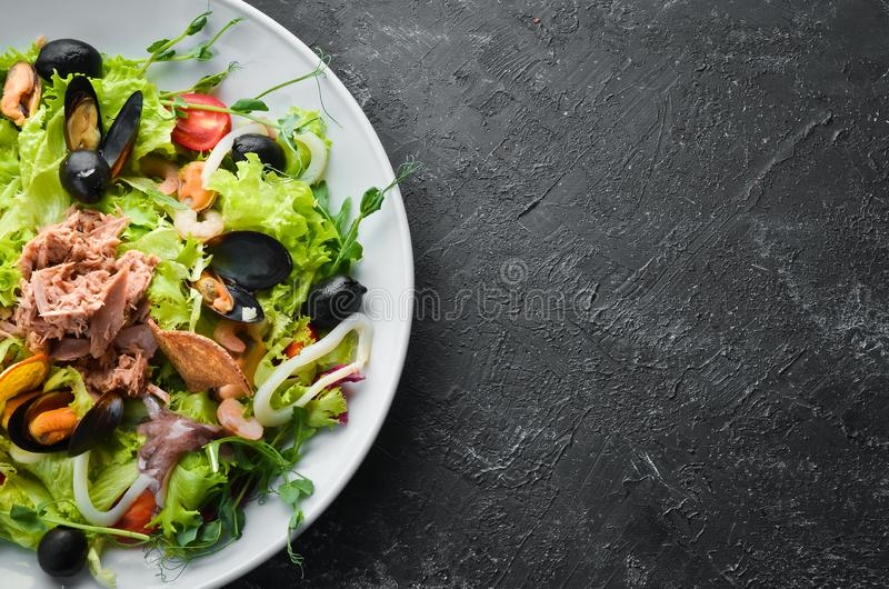 Sałatka warzywna owoce morza Ośmiornice, Ośmiornice, Krewetki, Tuńczyk Widok z góry fotografia royalty free